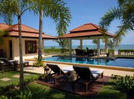 Idyllic 4-Bedroom Luxury Beach Villa, Laem Set